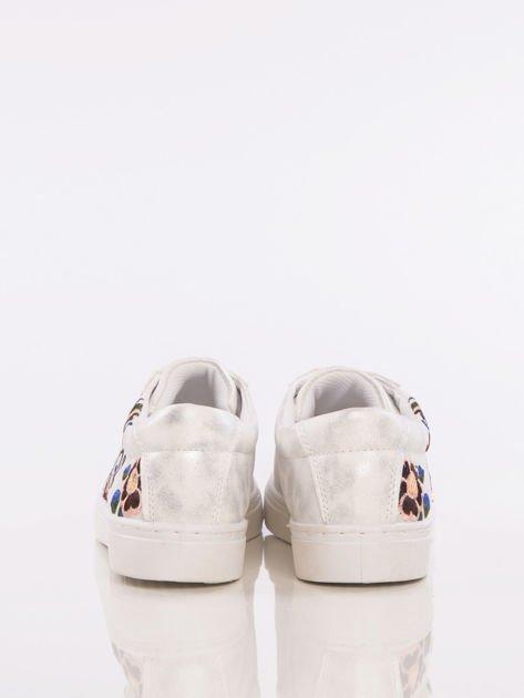 Perłowo-srebrne skórzane trampki z kwiatowymi haftami na boku cholewki                              zdj.                              3