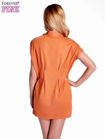 Pomarańczowa drapowana sukienka z kieszeniami                                  zdj.                                  2