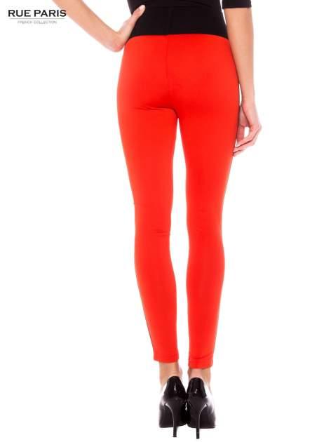 Pomarańczowe legginsy ze skórzanymi lampasami po bokach                                  zdj.                                  3