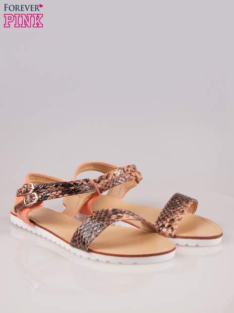 Pomarańczowe wężowe płaskie sandały Raylin z podwójną klamrą                                  zdj.                                  2