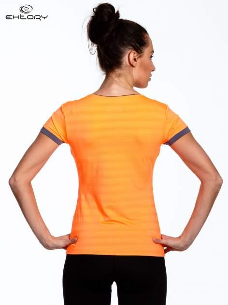 Pomarańczowy sportowy t-shirt z szarymi wykończeniami                                  zdj.                                  4