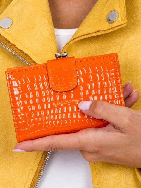 Pomarańczowy tłoczony portfel z klapką