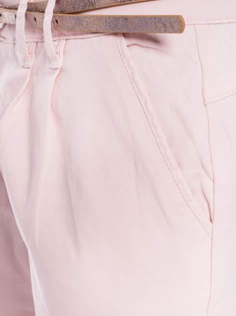 Pudrowe spodnie z paskiem z lakierowanej skóry                                  zdj.                                  5