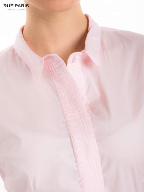 Pudroworóżowa koszula z krytą listwą i guzikami perełkami                                  zdj.                                  8