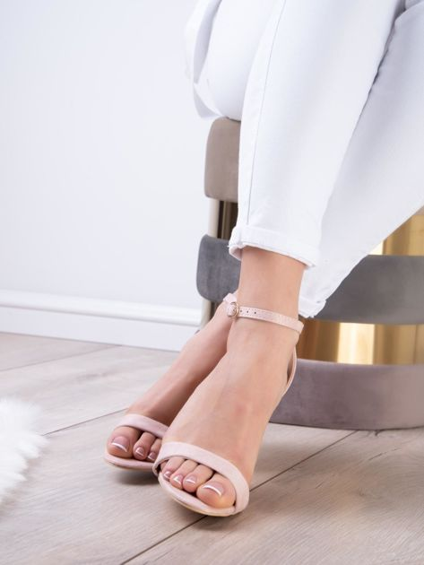 Pudroworóżowe sandały z eco zamszu ze złotą sprzączką                              zdj.                              4