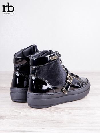 ROCCOBAROCCO czarne welurowe sneakersy na pasek ze złotymi sprzączkami i lakierowanymi wstawkami                                  zdj.                                  4