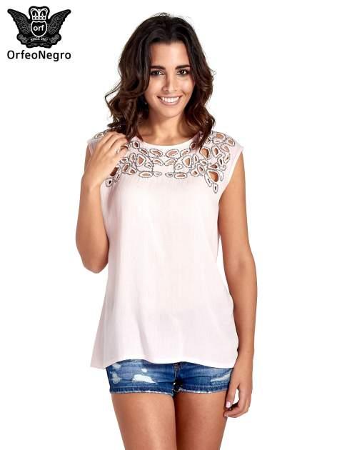Różowa bluzka koszulowa z ozdobnym dekoltem z wycięciami                                  zdj.                                  1