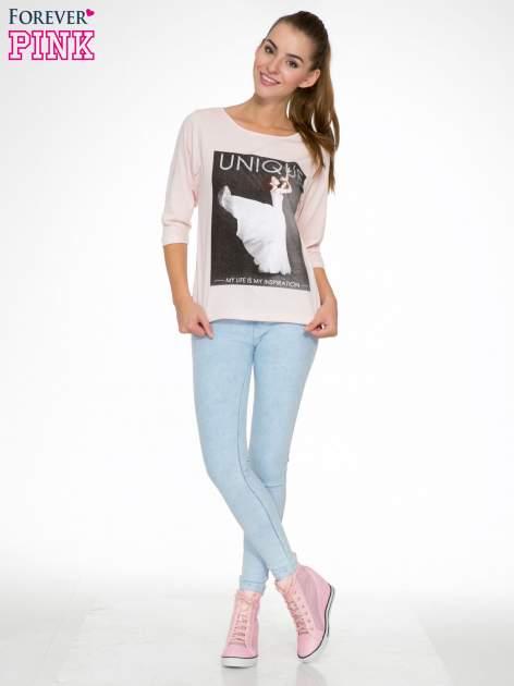Różowa bluzka z nadrukiem kobiety i napisem UNIQUE                                  zdj.                                  2
