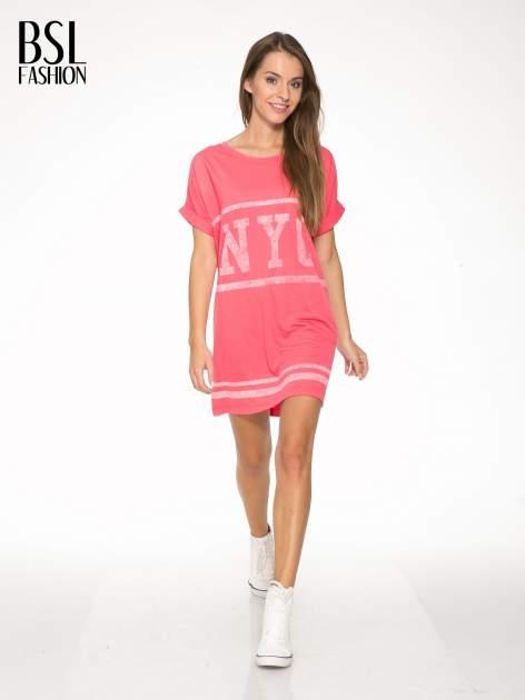 Różowa bluzosukienka z nadrukiem NYC                                  zdj.                                  2