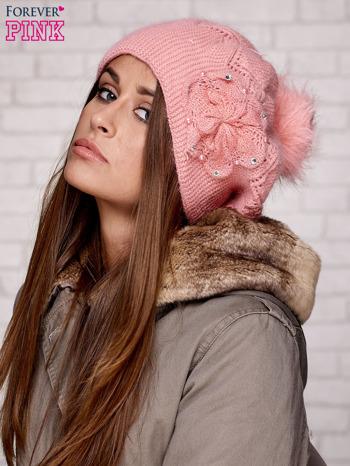 Różowa czapka z ozdobnym kwiatem i pomponem                                  zdj.                                  3