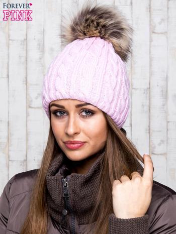 Różowa czapka z warkoczowym splotem i futrzanym pomponem                                  zdj.                                  1