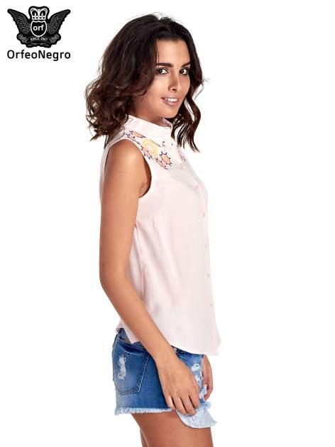 Różowa koszula bez rękawów z kolorowym haftem na górze                                  zdj.                                  3