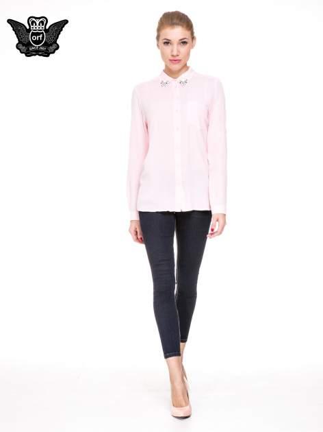 Różowa koszula z biżuteryjnym kołnierzykiem i kieszonką                                  zdj.                                  2