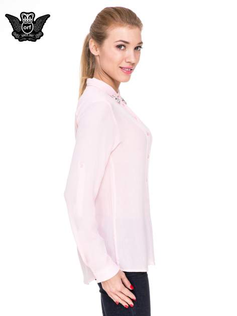 Różowa koszula z biżuteryjnym kołnierzykiem i kieszonką                                  zdj.                                  3