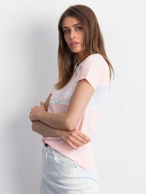 Różowa koszulka polo z napisem                              zdj.                              3