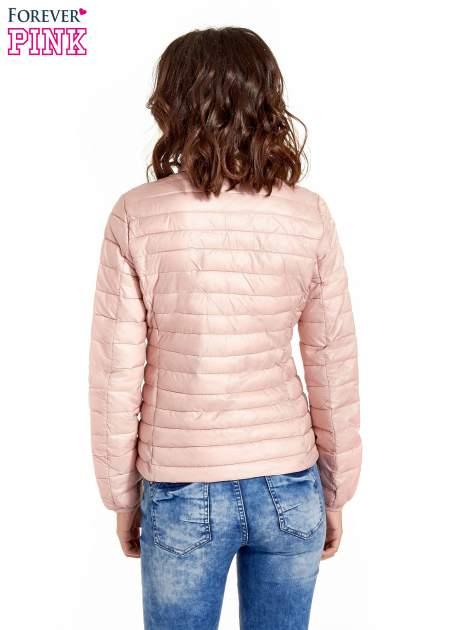 Różowa lekka kurtka puchowa z kontrastowym zamkiem                                  zdj.                                  3