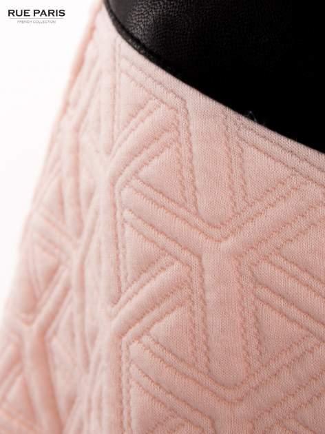 Różowa rozkloszowana spódnica ze skórzanym pasem z dzianiny wytłaczanej w geometryczny wzór                                  zdj.                                  7