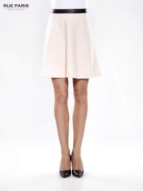 Różowa rozkloszowana spódnica ze skórzanym pasem z dzianiny wytłaczanej w geometryczny wzór                                  zdj.                                  1
