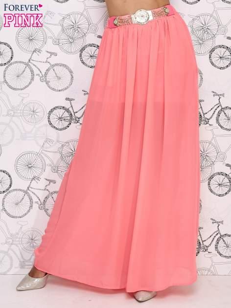 Różowa spódnica maxi ze złotym zapinannym paskiem