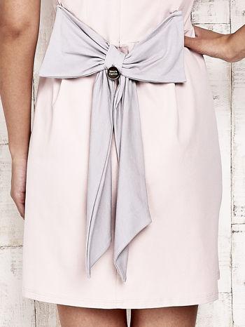 Różowa sukienka dresowa wiązana na kokardę z tyłu                                  zdj.                                  5