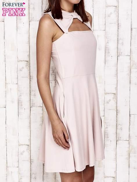 Różowa sukienka dresowa z dekoltem cut out z kokardą                                  zdj.                                  3