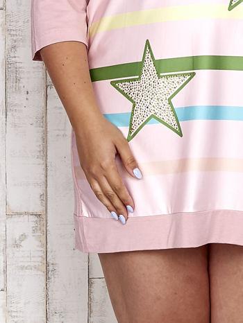 Różowa sukienka dresowa z nadrukiem gwiazd PLUS SIZE                                  zdj.                                  5