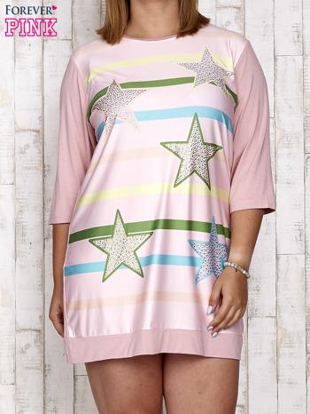Różowa sukienka dresowa z nadrukiem gwiazd PLUS SIZE                                  zdj.                                  1