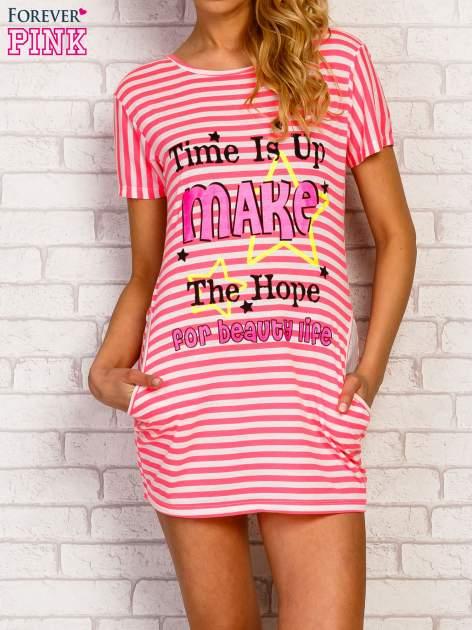 Różowa sukienka w paski z napisem TIME IS UP
