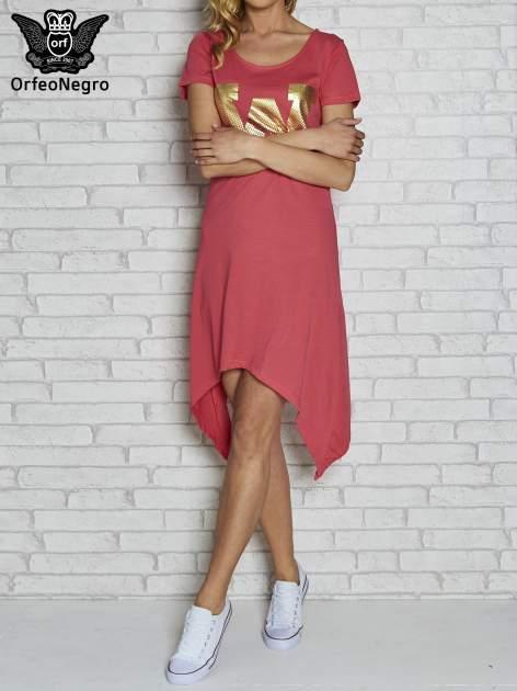 Różowa sukienka z asymetrycznymi bokami i złotą literą W