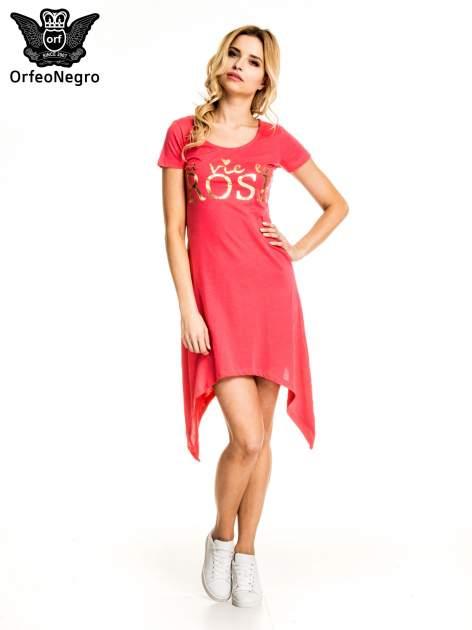 Różowa sukienka z asymetrycznymi bokami i złotym napisem LA VIE EN ROSE