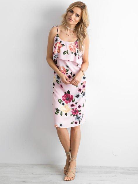 Różowa sukienka z falbaną przy dekolcie                              zdj.                              3