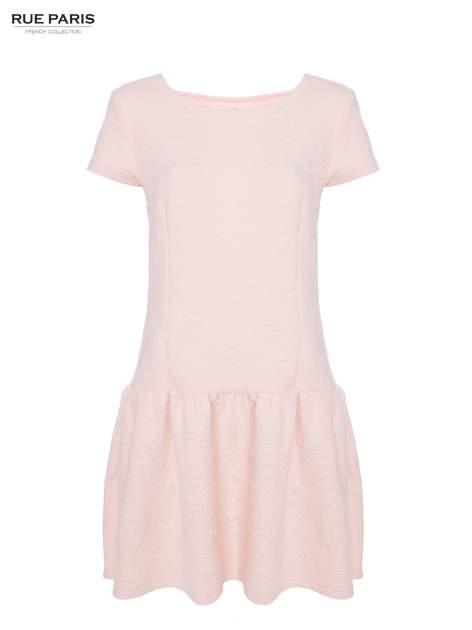 Różowa sukienka z falbaną wytłaczana w geometryczny wzór                                  zdj.                                  8