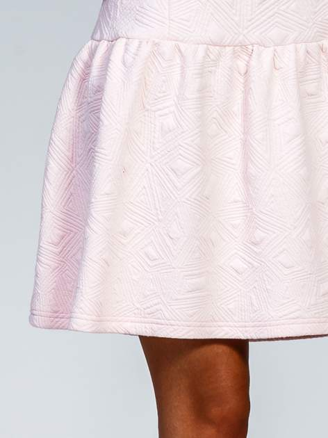 Różowa sukienka z falbaną wytłaczana w geometryczny wzór                                  zdj.                                  7