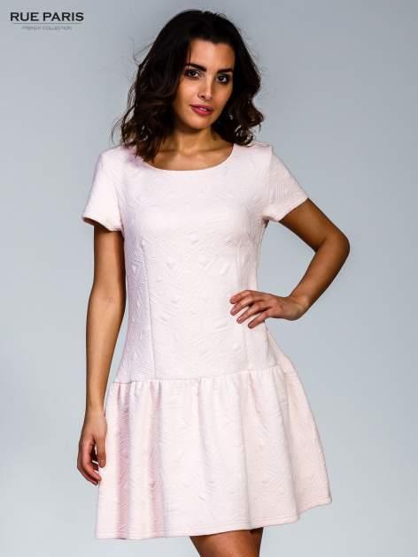 Różowa sukienka z falbaną wytłaczana w geometryczny wzór                                  zdj.                                  1