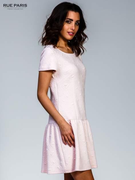 Różowa sukienka z falbaną wytłaczana w geometryczny wzór                                  zdj.                                  3