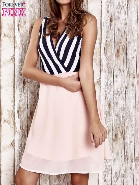 Różowa sukienka z kopertowym dekoltem w pasy                                  zdj.                                  1