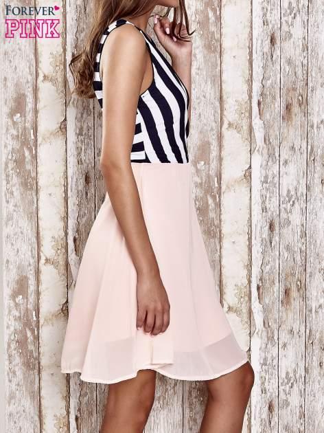 Różowa sukienka z kopertowym dekoltem w pasy                                  zdj.                                  3