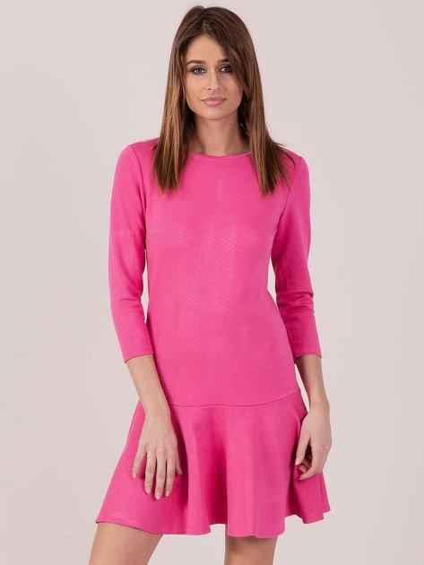 Różowa sukienka z ozdobną falbaną z tyłu
