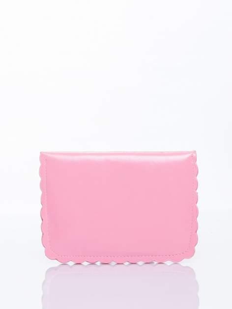 Różowa torebka listonoszka z falowanym wykończeniem                                  zdj.                                  4