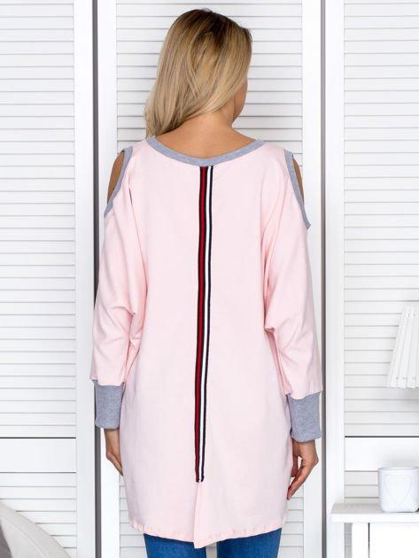 Różowa tunika oversize z ozdobną taśmą                               zdj.                              2