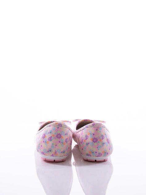 Różowe ażurowe baleriny w kolorową łączkę z ozdobną kokardką i złotą przypinką                              zdj.                              3