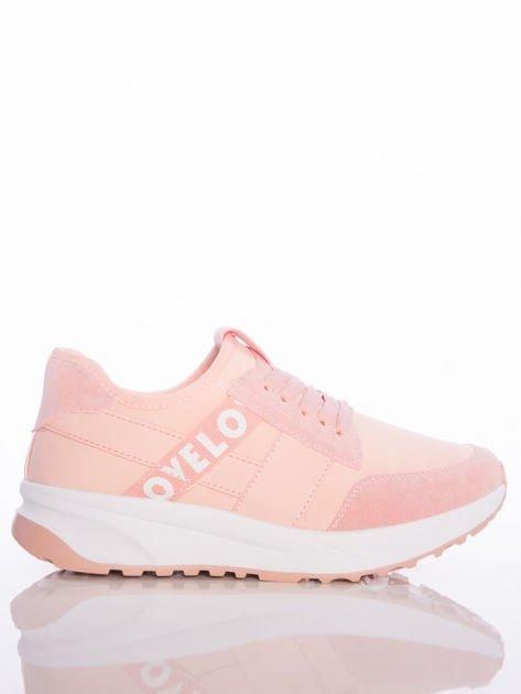 Różowe buty sportowe Rue Paris na sprężystej podeszwie z ozdobnymi napisami                                  zdj.                                  1