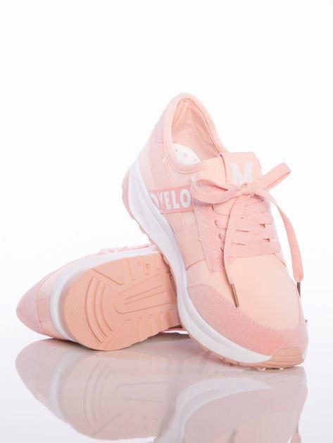 Różowe buty sportowe Rue Paris na sprężystej podeszwie z ozdobnymi napisami                                  zdj.                                  4