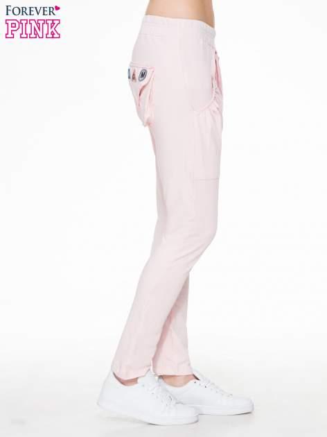 Różowe dresowe spodnie baggy z guzikami i ozdobnymi kieszonkami                                  zdj.                                  3