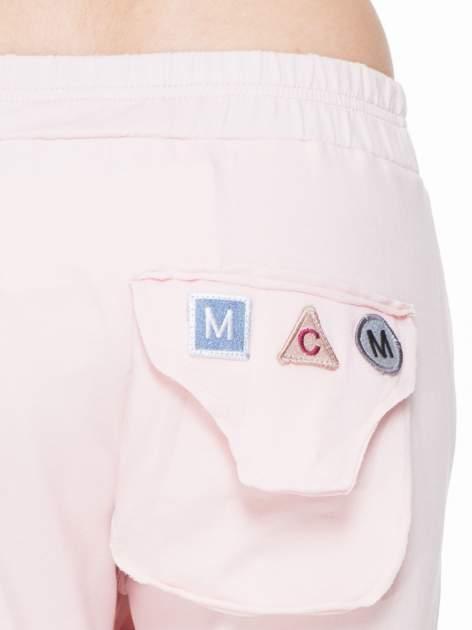 Różowe dresowe spodnie baggy z guzikami i ozdobnymi kieszonkami                                  zdj.                                  6