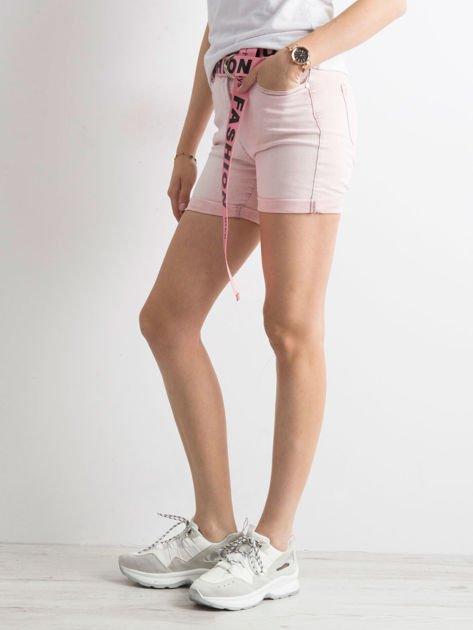 Różowe jeansowe bermudy z paskiem w napisy                              zdj.                              3