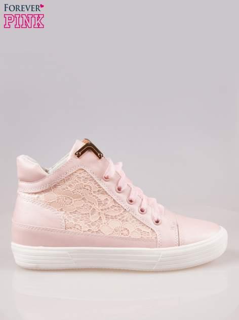 Różowe koronkowe sneakersy ze złotą aplikacją                                  zdj.                                  1
