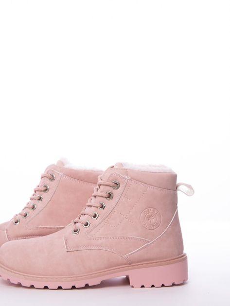 Różowe marmurkowe trapery z błyszczącymi szlufkami                              zdj.                              2