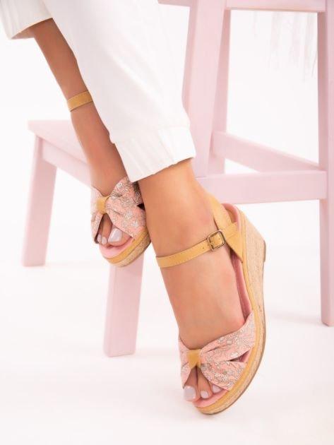 Różowe sandały na koturnach z nadrukiem w białe kwiaty                               zdj.                              1