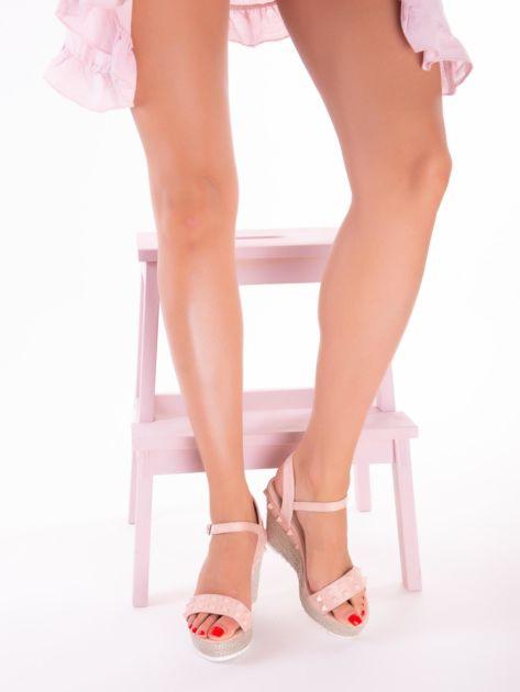 Różowe sandały na metalicznych koturnach z ćwiekami na przodzie                              zdj.                              2